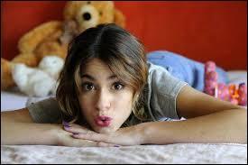 Une adorable fille qui est toujours présente, je l'adore, alors qui est-ce ?