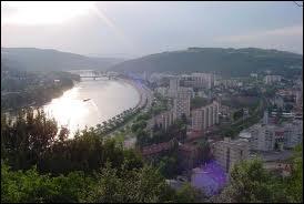 Quelle ville est traversée par le Danube ?