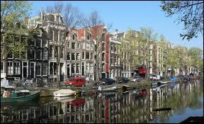 Commençons facile, logiquement la ville d'Amsterdam est traversée par :
