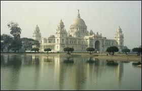 Je me demande par quel fleuve est traversée la ville de Calcutta.