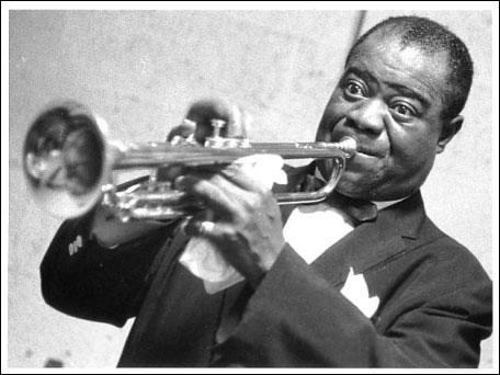 Né à la Nouvelle-Orléans, ce trompettiste, chanteur, compositeur et chef d'orchestre, a exercé les métiers les plus divers avant d'intégrer, en 1917, l'orchestre de Kid Ory. Il a été l'accompagnateur attitré de la grande chanteuse de blues, Bessie Smith. Satchmo fut l'un des plus grands musiciens de jazz.