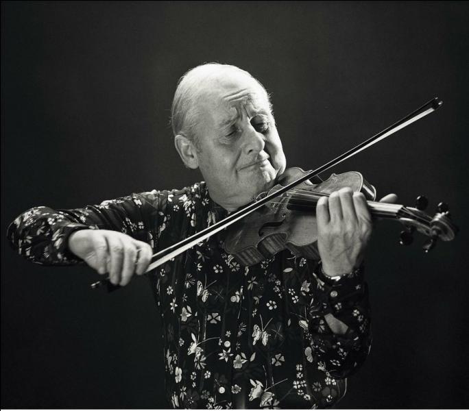 Né à Paris, ce musicien débuta sa carrière professionnelle comme violoniste et pianiste dans les cinémas, pour accompagner les films muets. Son partenariat avec Django Reinhardt donna naissance au swing manouche. Il fait partie des plus grands violonistes de jazz du 20ème siècle.