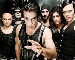 """Dans quelle discographie le groupe Rammstein est-il allé chercher la chanson """"Stripped"""" pour l'arranger à sa sauce ?"""