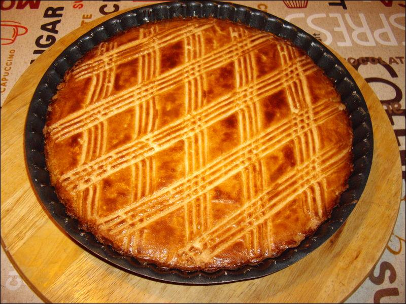 Quel est le nom de ce gâteau plat fait de sucre, de farine, de beurre et d'œufs ?