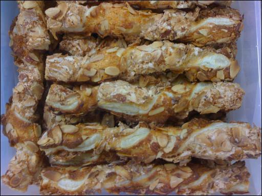 Quel est le nom de ces viennoiseries faites d'un bâtonnet de pâte feuilletée torsadé ?