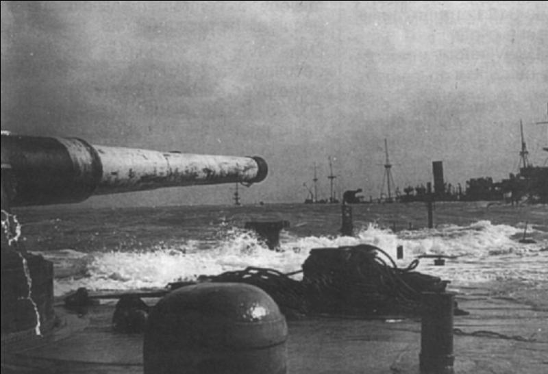 France : Ce bâtiment de guerre fit partie des FNFL et participa aux deux Guerres mondiales. Il participa efficacement à la défense anti-aérienne d'une ville anglaise et participa au « D-Day ». Quel est ce navire ?