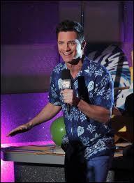 Qui est le présentateur de Shake It Up Chicago ?