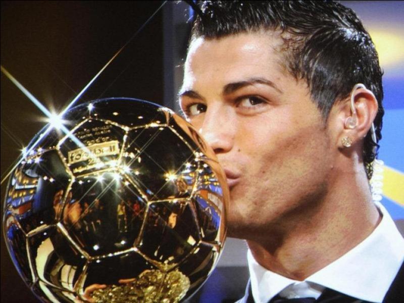 Du sport pour s'échauffer. Pour l'année 2013, c'est le joueur espagnol Cristiano Ronaldo qui a remporté le Ballon d'or.