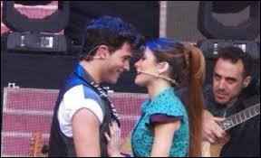 Qui Violetta embrasse-t-elle à la fin du concert ?