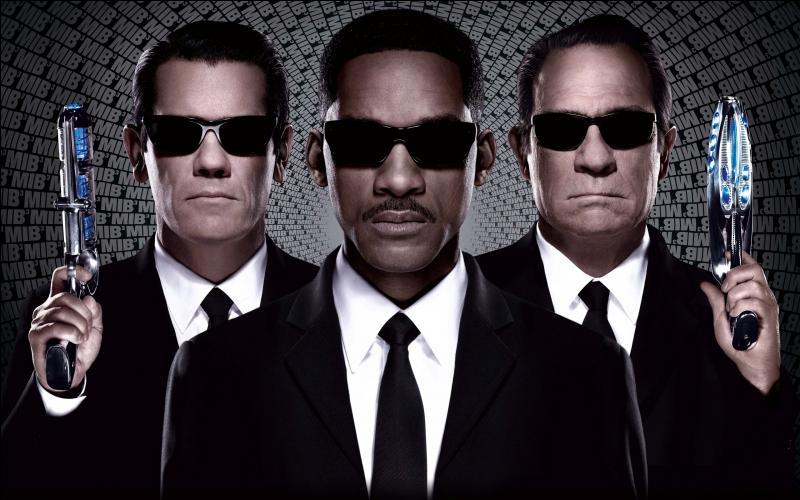 Positon n°23. Autre trilogie à succès,  Men in Black  a mis en vedette les agents Tommy Lee Jones et Will Smith. Quels sont leurs rôles au sein de cette organisation orthographiée sous la forme de MIB ?