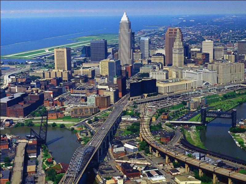 La ville de Cleveland a vu sa population passer de 900 000 habitants en 1930 à moins de 400 000 de nos jours. Dans quel état est située cette importante ville américaine ?