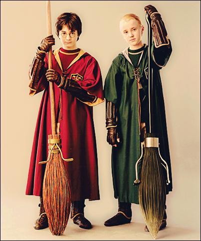 Pour que Drago intègre l'équipe de Quidditch, quels types de balais offre le père de celui-ci ? [HP2]