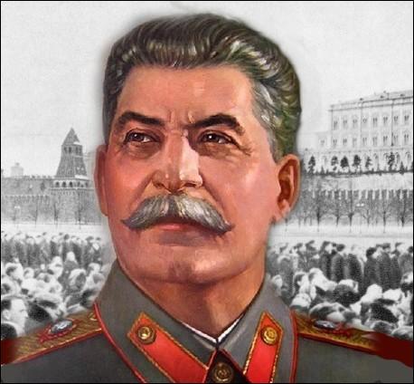 Staline est le chef de l'URSS depuis 1928. Il signe un accord de non-agression avec Hitler en 1939, mais trahi mobilise son peuple. Le choix de son nom vient du mot russe Stal  qui signifie en russe...
