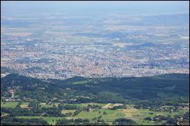 Quelle est la particularité de la ville de Clermont-Ferrand ?