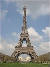 Quand et à quelle occasion, la tour Eiffel, célèbre monument de Paris, a-t-elle été érigée ?