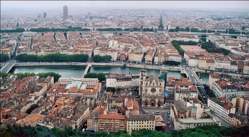 Quel est le plus vieux monument de la ville de Lyon dont on connaît la période de construction ?