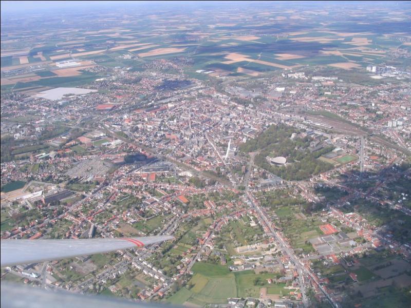 Quelle est la spécialité en termes d'édifice des régions Nord-Pas-de-Calais et Picardie ?