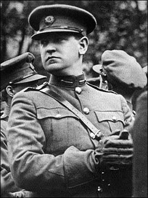 En 1919, le contexte devient plus violent. L'IRA (Irish Republican Army), organisation militaire soutenant l'indépendance de l'Irlande, s'oppose aux forces britanniques. Quel homme politique prend le commandement de cette milice ?