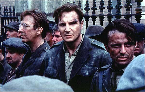 Dans le film  Michael Collins , réalisé par Neil Jordan, en 1996, quel acteur britannique incarne Éamon de Valera, homme politique irlandais qui s'est montré favorable à la partition de l'Irlande ?