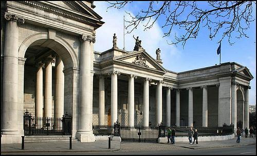 De nos jours, l'île d'Irlande reste toujours partagée. L'Eire, comme beaucoup de pays européens, s'est retrouvée frappée par la crise économique en 2008. Quel secteur de l'économie irlandaise a été touché ?