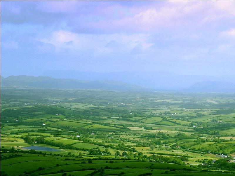 Quelle est cette couleur, synonyme d'espoir dans beaucoup de cultures et chez beaucoup de peuples, qui est l'un des célèbres symboles de la culture de l'Irlande parmi tant d'autres ?