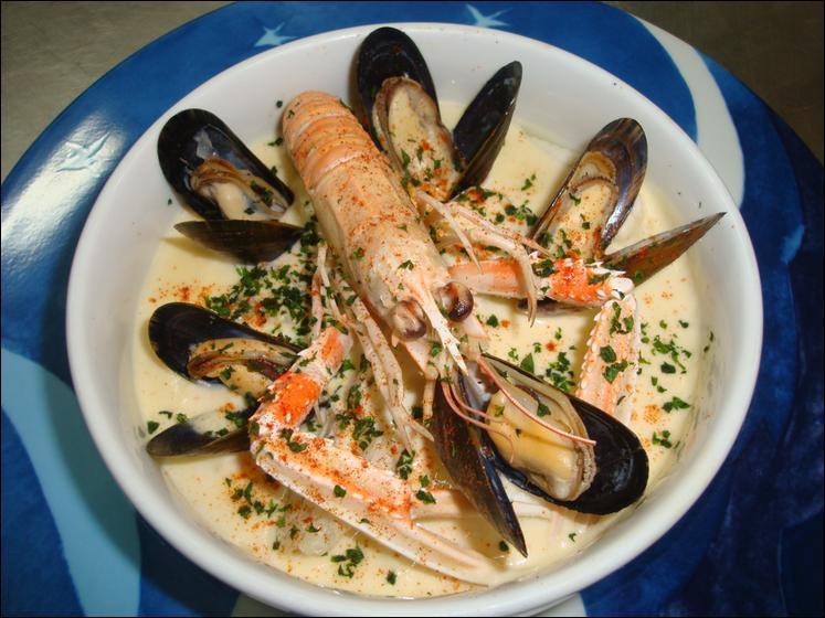 Quelle est cette spécialité normande, sorte de matelote à base de poissons (turbot, sole, rougets grondins, lotte), et de crustacés (coquilles Saint-Jacques, moules), cuite avec des légumes (oignon, céleri, poireau) et des aromates (persil, thym, laurier, sel, poivre), dans du beurre d'Isigny,