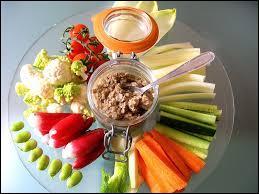 Quel est ce mets composé de différents légumes ou crudités présentés crus émincés ou coupés en dés à déguster avec la sauce qui porte son nom ?