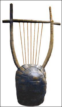 Les dieux ont tout donné à la Grèce, c'est bien connu ! Apollon, dieu des arts et tout particulièrement de la musique inventa la cithare. Dionysos présidait aux festivals de théâtre, où chant et musique jouaient un grand rôle. Les Grecs ne s'y trompent pas et accordent une grande place à la formation musicale. Comment se nomme l'instrument qu'Hermès fabriqua quelques heures après sa naissance ?