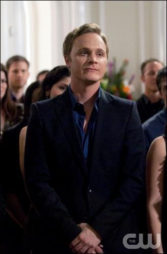 Qui est John pour Elena ?