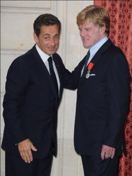 Quel président de la République française remet à Robert Redford, en 2010, l'insigne de Chevalier de la Légion d'honneur, pour sa carrière et ses valeurs qu'il a transmises ?