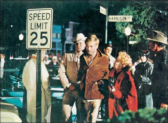 En 1966, Robert Redford se révèle sur la scène internationale dans le film  La Poursuite impitoyable  réalisé par Arthur Penn. Avec quel autre grand acteur américain partage-t-il l'affiche ?