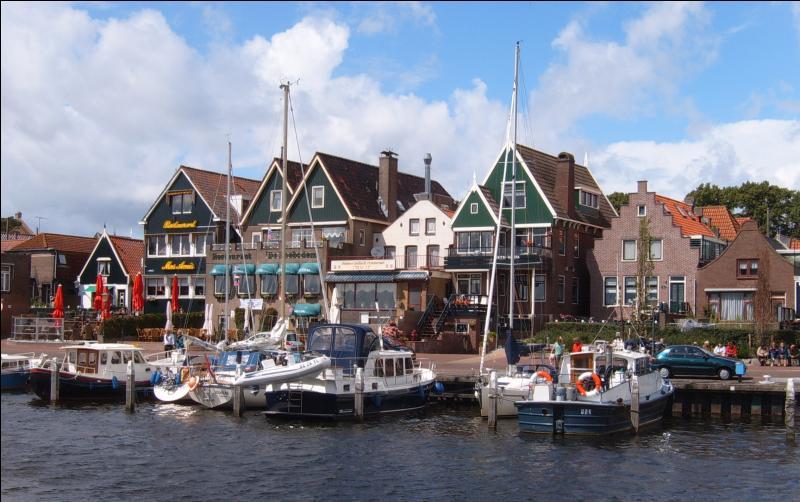 La commune d'Urk, la plus haute de la province de Flevoland aux Pays-Bas, culmine t-elle à 103 mètres d'altitude seulement ?