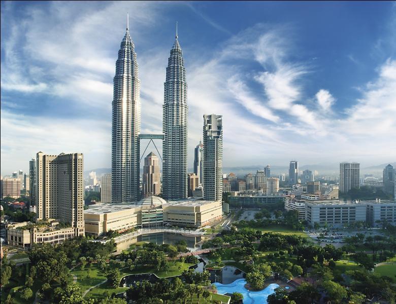 La Malaisie est divisée en deux grandes parties, la Malaisie occidentale, rattachée au continent asiatique, et la Malaisie orientale, localisée sur l'île de Bornéo. La capitale économique du pays, Kuala Lampur, est-elle localisé en Malaise occidentale ?