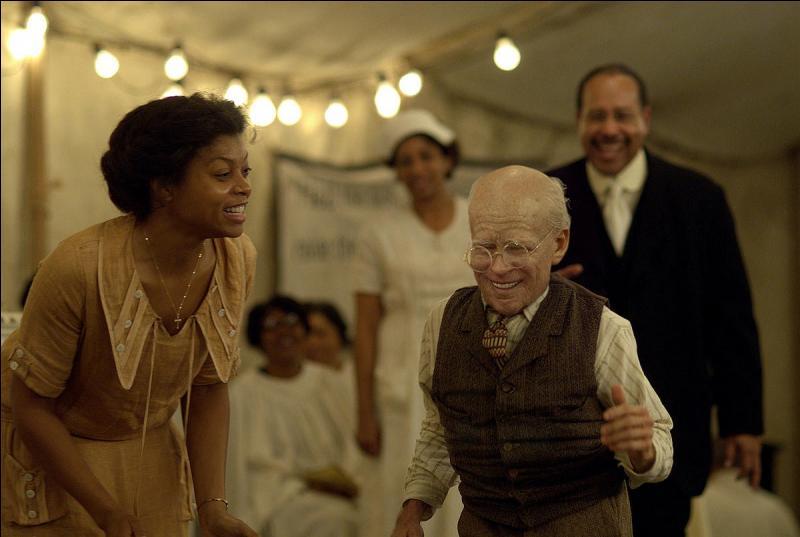 Étrangement sur la photo, Benjamin Button est un tout jeune gamin. Il vit en effet sa vie à l'envers. Qui est l'acteur qui l'interprète ?