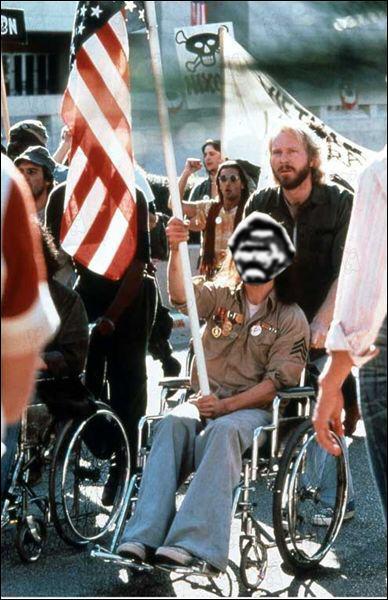 Qui joue le rôle de Ron Kovic, vétéran de la guerre du Vietnam mais paralysé à vie dans le film  Né un 4 juillet  ?