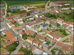 Voici le village de Tellancourt vu du ciel. Dans quel pays se situe ce commune ?