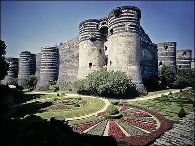 C'est ici que se rejoignent la Mayenne et la Sarthe pour former la Maine. C'est dans le château de cette ville que l'on peut admirer la tenture de l'Apocalypse qui date du XIVe siècle. Vous êtes à :