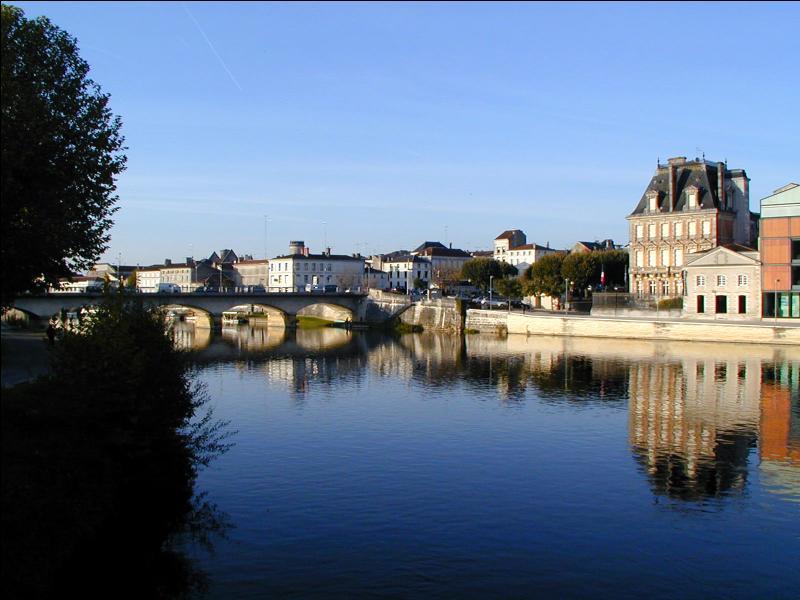 Sur la Charente, c'est la ville natale d'un ancien président de la République française. Son nom fait penser à un coup violent porté à l'arrière du genou en escrime. Cette ville charentaise s'appelle :