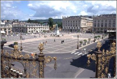 La bergamote et le macaron sont deux des spécialités gourmandes de cette ville de Lorraine, célèbre pour sa place Stanislas. Il s'agit de :