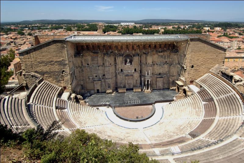 Quel est le nom de cette ville du Vaucluse surnommée la  Cité des Princes , dont le théâtre antique abrite chaque année un festival de musique classique connu sous le nom des  Chorégies  ?