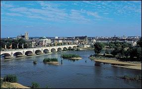 Cette cité du centre-ouest est la préfecture de son département. C'est la ville natale d'Honoré de Balzac et de Georges Courteline. Il s'agit de :