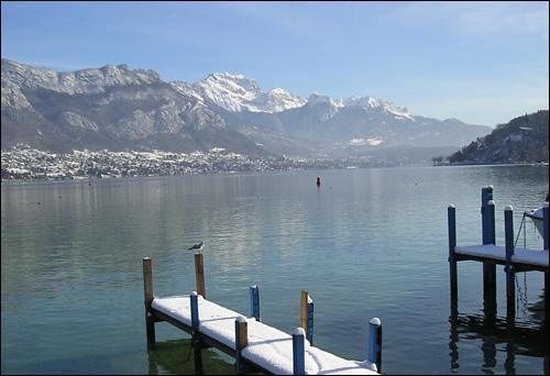 Le lac qui porte son nom est réputé pour être un des lacs les plus propres du monde. La basilique de la Visitation qui la surplombe abrite les tombeaux de saint François de Sales et de sainte Jeanne de Chantal. Cette ville de Haute-Savoie est :
