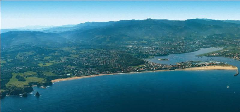 C'est dans cette ville d'Aquitaine, arrosée par la Bidassoa, que furent signés le traité des Pyrénées et le contrat de mariage entre Louis XIV et Marie-Thérèse d'Autriche. Au bord de l'Atlantique et à la frontière espagnole, vous avez reconnu :