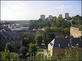 C'est dans cette ville des Ardennes traversée par la Meuse que l'on peut visiter un des plus vastes châteaux forts d'Europe. C'est ici également que Napoléon III fut fait prisonnier à l'issue de la bataille qui l'opposait aux forces prussiennes en 1870. Cette ville s'appelle :