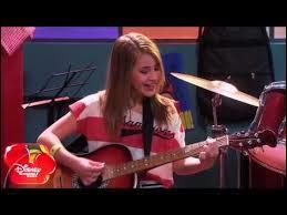 Quelle chanson interprète Léna lors de son apparition dans la saison 1 ?
