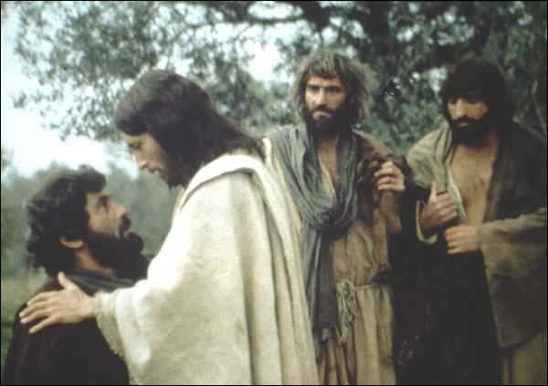 Laquelle de ces personnes ne fait pas partie des 12 apôtres qui entourent Jésus ?