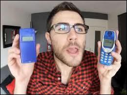Dans quelle vidéo Cyprien a-t-il cherché exprès ses vieux téléphones portables ?