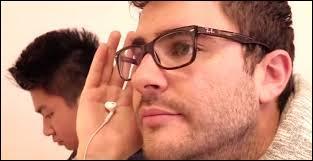 Dans quelle vidéo Cyprien écoute-t-il de la musique avec un écouteur dans la manche de sa veste ?