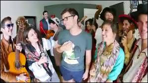 Dans quelle vidéo des musiciens et des danseuses débarquent-ils chez Cyprien et répètent tout ce qu'il dit ?