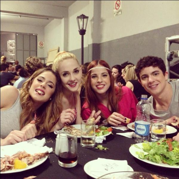 Quel est le compte Twitter de Candelaria Molfese (Camila) ?